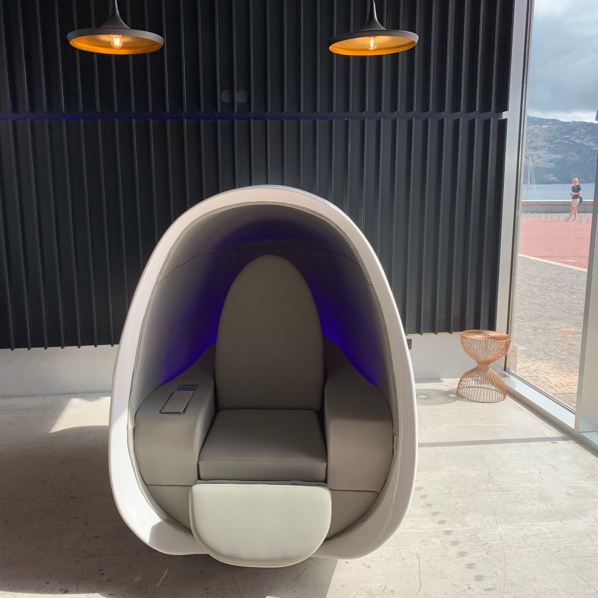 Sense Seat is an innovative workstation for co-working and open-offices spaces, airport lounges and hotels.